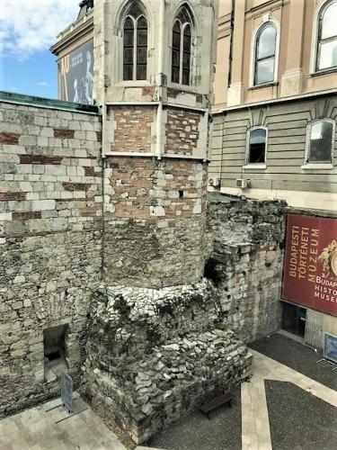 何世紀も積み重ねた城壁