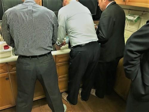 スーツ姿で洗い物!